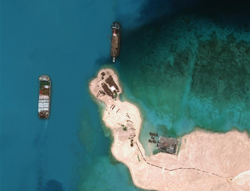 Hình ảnh vệ tinh được Trung tâm Chiến lược và Nghiên cứu Quốc tế tại Mỹ công bố cho thấy tàu Trung Quốc đang nạo vét cát ở Đá Vành Khăn, thuộc quần đảo Trường Sa của Việt Nam. Ảnh: AFP